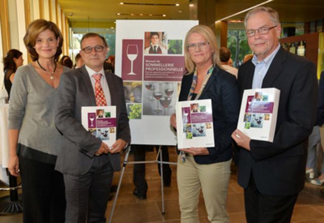 De gauche à droite : L'honorable Liza Frulla, directrice générale de l'ITHQ, Pascal Patron, Kathleen McNeil et Jean-Luc Jault, auteurs du manuel. (Groupe CNW/Institut de tourisme et d'hôtellerie du Québec)