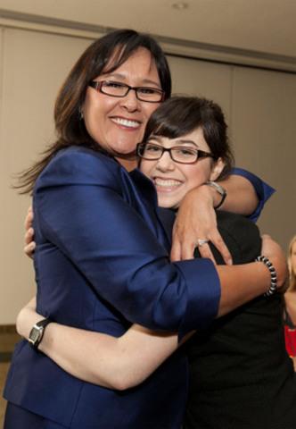 L'honorable Leona Aglukkaq, ministre de la Santé, a accueilli aujourd'hui Hélène Campbell, greffée des deux poumons, à son retour à Ottawa, et a fait l'éloge de ses fructueux efforts de sensibilisation au don d'organes au Canada et dans le monde. (Groupe CNW/Santé Canada)