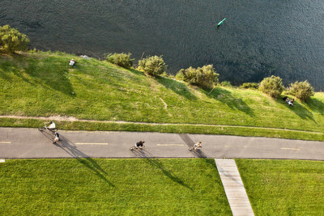 Parcourez le plus beau circuit au Québec, selon les Guides Ulysses, qui vous offre un parcours de 15 km à l'écart de la circulation automobile ainsi que des points de vue surprenants sur le centre-ville de Montréal. (Groupe CNW/Parcs Canada)