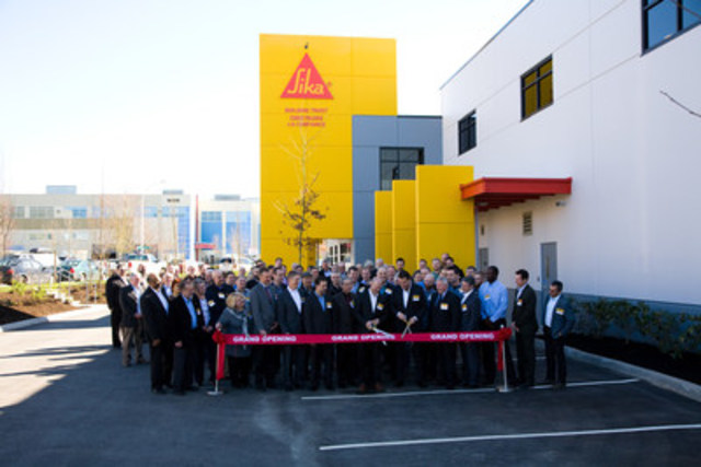 Photo no. 2781: Ribbon cutting ceremony with Sika employees and invited customers (CNW Group/Sika Canada Inc)