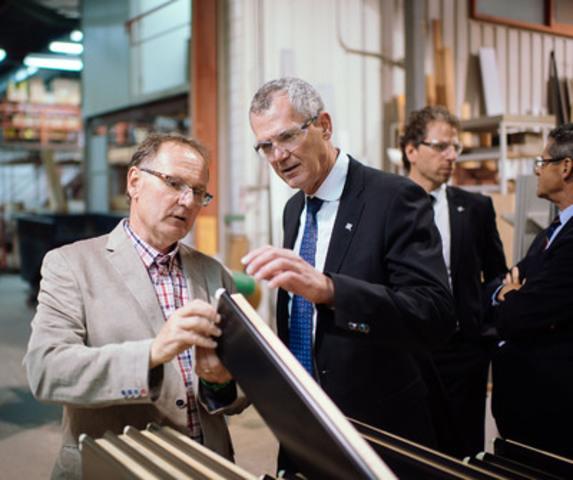 Visite de l'entreprise Lepage Millwork : Guy Bonneville, président de Lepage Millwork et Pierre Gabriel Côté, PDG d'Investissement Québec. (Groupe CNW/Investissement Québec)