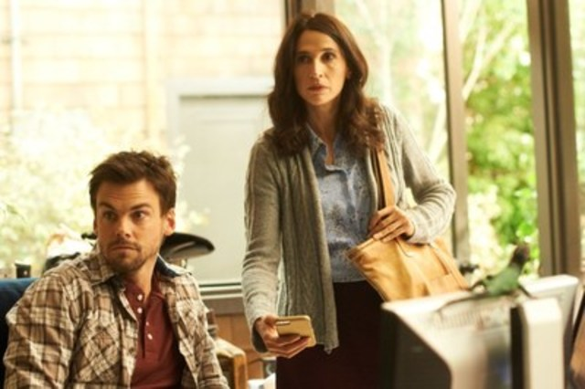 Tommy Dewey and Michaela Watkins in CASUAL (CNW Group/CraveTV)
