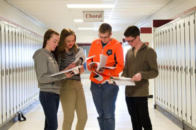Des étudiants du Westwood Collegiate, à Winnipeg, consultent leur nouvel exemplaire du guide Les jeunes et l'argent. (Groupe CNW/Groupe Investors Inc.)