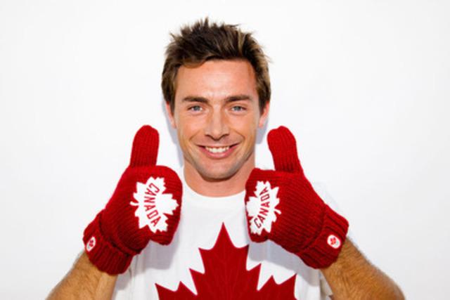 Le canoéiste olympique des Jeux de 2008 Mark Oldershaw (Burlington, Ont.) sert de modèle pour les nouvelles mitaines rouges de l'Équipe olympique canadienne. Pour chaque paire de mitaines vendue, trois dollars serviront à soutenir les athlètes olympiques canadiens qui se préparent pour les Jeux olympiques de 2012 à Londres. (Groupe CNW/COC)