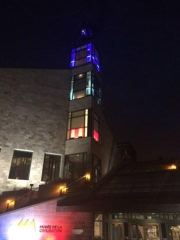 En guise de solidarité avec le peuple français, le Musée de la civilisation à Québec est illuminé aux couleurs de la France, tout comme le Musée de l'Amérique francophone. (Groupe CNW/Musée de la Civilisation)