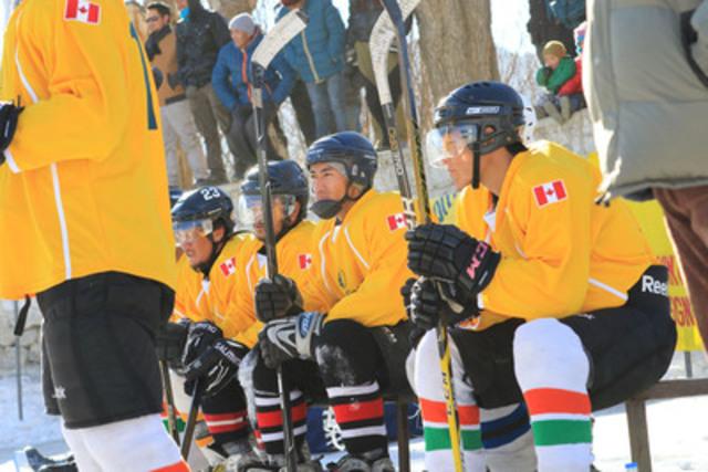 Êtes-vous prêts? Les joueurs de l'équipe locale participant au tournoi attendent de sauter sur la glace. (Groupe CNW/Financière Sun Life inc.)