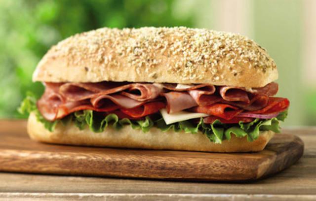 Le sandwich Italien extrême est de retour chez Tim Hortons! Le sandwich Italien extrême est généreusement rempli de jambon capicollo, de salami de Gênes, et de pepperoni, recouvert de mozzarella et d'une sauce crémeuse aux tomates séchées, et servi sur un pain frais, moelleux garni de parmesan et de fines herbes. (Groupe CNW/Tim Hortons)