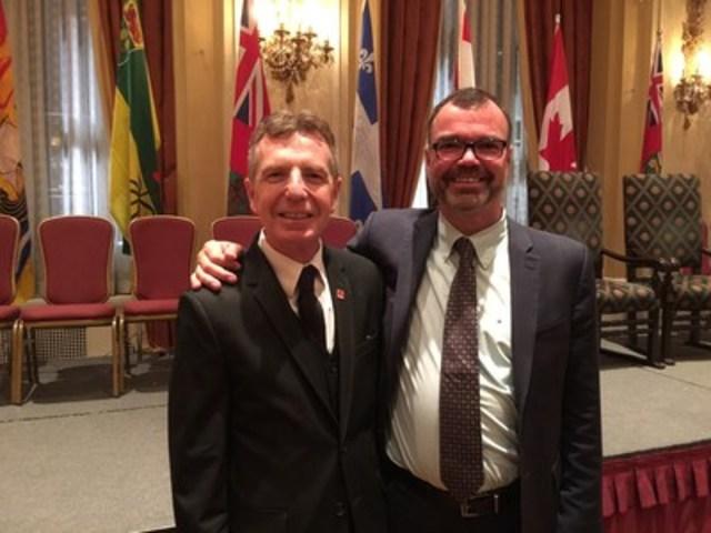 M. Jean Gattuso honoré lors de la cérémonie de remise des Golden Pencil Awards. Le Golden Pencil Award lui a été remis par Peter Mattson, vice-président, Ventes Amérique du Nord de Lassonde. (Groupe CNW/Industries Lassonde inc.)