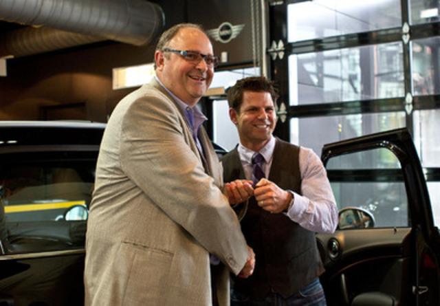 Steve Ambeau (à droite), chef des communications de la marque MINI Canada, remet à Jeremy Burge les clés de sa toute nouvelle MINI Cooper S Countryman. Le Countryman est le premier vrai VUS compact à quatre portes dans l'histoire de la MINI et a été, à juste titre, la 40 000e MINI à être livrée en sol canadien. M. Burge a pris possession de son véhicule à Toronto le jeudi 19 juillet alors que la marque célèbre son 10e anniversaire d'existence au Canada. (Groupe CNW/MINI Canada)