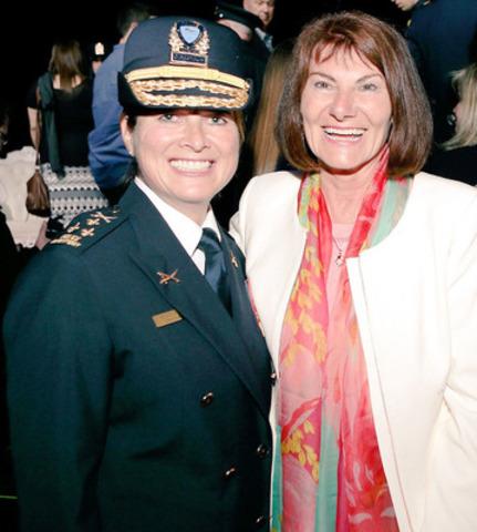 Mme Helen Dion, première femme élue présidente de l'Association des directeurs de police du Québec, accompagnée de Mme Chantal Deschamps, mairesse de Repentigny.  (Groupe CNW/Ville de Repentigny)