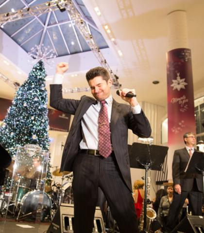 Matt Dusk performs at Yorkdale's Swarovski Crystal Wonderland to kick off the holiday season in Toronto on November 13th. (CNW Group/Swarovski)