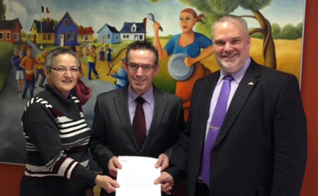From left to right, Agnès Doiron, Mayor of Bas-Caraquet and Vice-President of New Brunswick Naval Center Inc., Johnny Grant, Manager of Operations for Irving Oil, presenting the deed on behalf of Irving Oil and Kevin J. Haché, Mayor of Caraquet and New Brunswick Naval Center's Board Member. (CNW Group/New Brunswick Naval Center Inc)