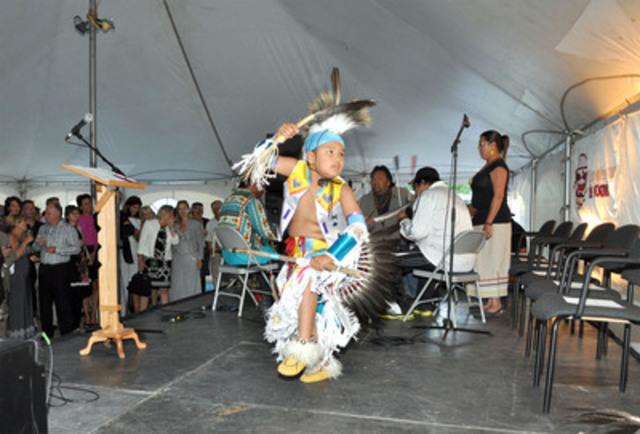 Ce sont les Premières Nations innues (montagnaises) de Pekuakamiulnuatsh Takuhikan (Mashteuiatsh), Essipit et Pessamit, dont les territoires traditionnels incluent la région de Charlevoix, qui ont assuré, tout au long de l'Omnium de golf Jackie Desmarais, une présence autochtone associée au thème de l'exposition présentement en cours au musée de Charlevoix : « Les Premières Nations dans Charlevoix et dans l'art québécois ». (Groupe CNW/Conseil de la Première Nation des Innus ESSIPIT)