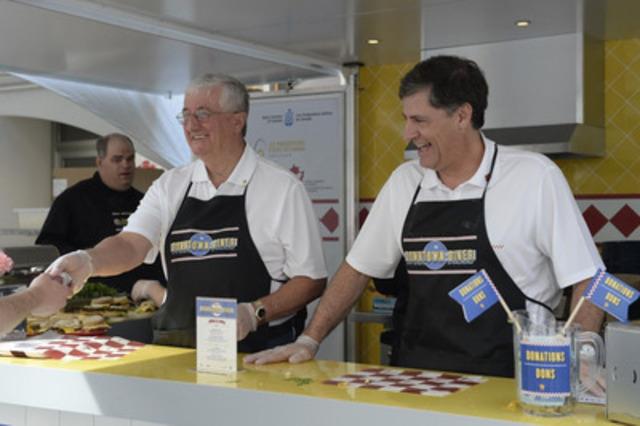 Le président des Producteurs d'œufs du Canada, Peter Clarke, et le président des Éleveurs de dindon du Canada, Mark Davies, lors de la cantine en plein air du centre-ville. (Groupe CNW/Producteurs d'oeufs du Canada)