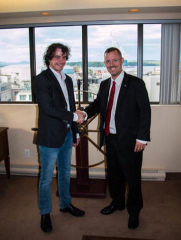 Davie signe une nouvelle convention collective de 5 ans avec son syndicat. À droite : Jared Newcombe, Chef de la direct et à gauche : Raphaël Jobin, Président de la CSN. (Groupe CNW/Chantier Davie Canada Inc.)
