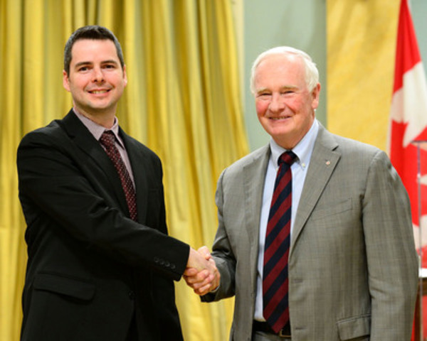 His Excellency the Right Honourable David Johnston, Governor General of Canada, congratulates Seneca Professor David Humphrey on winning an NSERC Synergy Award for Innovation. Photo Credit: Sgt Ronald Duchesne, Rideau Hall ©Her Majesty The Queen in Right of Canada represented by the Office of the Secretary to the Governor General, 2015 (CNW Group/Seneca College of Applied Arts and Technology)