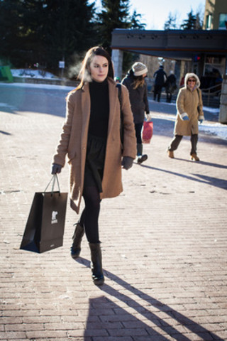 Whistler (C.-B.) : Emily Hampshire se promène dans le Village en bottes Medina Rain Tall de SOREL au Festival du film de Whistler (Groupe CNW/Festival du Film de Whistler)