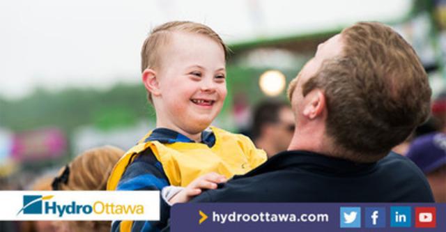 Un enfant qui s'amuse lors de la Journée des besoins spéciaux d'Hydro Ottawa de 2013 (Groupe CNW/Société de portefeuille d'Hydro Ottawa inc.)