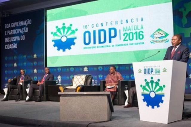 Le Président de la République du Mozambique, Filipe Nyusi Jacinto, adresse la conférence de l'Observatoire international de la démocratie participative lors de la cérémonie d'ouverture. (Groupe CNW/Office de consultation publique de Montréal)