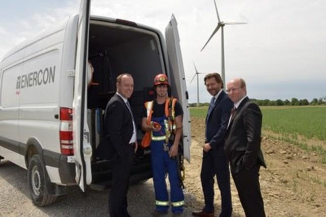 Des représentants de Mercedes-Benz Canada et d'ENERCON se sont aujourd'hui réunis à Smithville, Ontario pour officiellement souligner le début d'un partenariat canadien dans le cadre duquel 20 Sprinter 4x4 de Mercedes-Benz ont été rajoutés au parc de véhicules de service qui desservent les fermes éoliennes d'ENERCON à travers le pays. (Groupe CNW/Mercedes-Benz Canada Inc.)