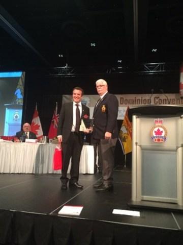 Rick Mercer reçoit le Prix des fondateurs du président national Tom Eagles. (Groupe CNW/Légion royale canadienne)
