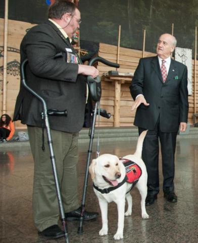 Le ministre Fantino (à droite) et le vétéran Daniel Drapeau (à gauche) parlent des avantages liés à l'utilisation de chiens de soutien pour aider à traiter l'état de stress post-traumatique (ESPT) chez les vétérans. (Groupe CNW/Anciens Combattants Canada)