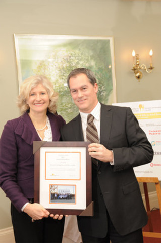 Investors Group receiving their Award of Excellence (CNW Group/Food Banks Canada)
