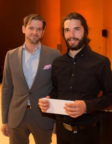 Maxime Dupont-Demers, directeur communication d'entreprise, Financière Sun Life remettant des bourses pour engagement social à Thomas Bégin. (Groupe CNW/Conservatoire de musique et d'art dramatique du Québec)