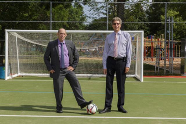 De gauche à droite : Marvin Rotrand, conseiller de la ville du district de Snowdon et Russell Copeman, maire de l'arrondissement de Côte-des-Neiges—Notre-Dame-de-Grâce. (Groupe CNW/Ville de Montréal - Arrondissement de Côte-des-Neiges - Notre-Dame-de-Grâce)