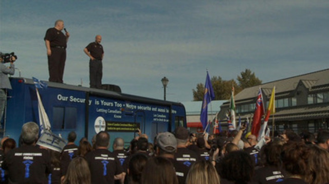 Rouleau B vidéo: Les agents correctionnels manifestent devant le bureau du premier ministre Stephen Harper à Calgary