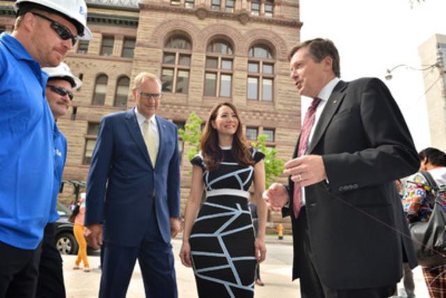 Le chef de la direction de Bell, George Cope, et le maire John Tory ont annoncé aujourd'hui le déploiement auprès des consommateurs de Toronto de Fibe gigabit de Bell - le service Internet le plus rapide. À partir de la gauche, George Cope, chef de la direction de Bell, Ziya Tong, coanimatrice de Daily Planet et John Tory, maire de Toronto. (Groupe CNW/Bell Canada)