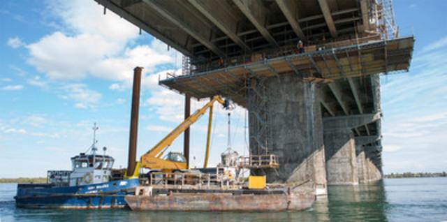 Près de 10 mois par année, les ouvriers sont à l'œuvre sous le pont Champlain. Ici, une barge de travail est arrimée à un pilier du pont en prévision de sa réparation. (Groupe CNW/LES PONTS JACQUES CARTIER ET CHAMPLAIN INCORPOREE)