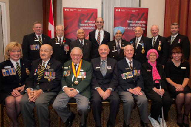Le ministre des Anciens Combattants, Steven Blaney, en compagnie de récipiendaires de la Mention élogieuse du ministre des Anciens Combattants lors d'une cérémonie à Vancouver, en Colombie-Britannique. (Groupe CNW/Anciens Combattants Canada)