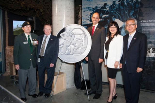 De gauche à droite : Bill Black, président de l'Association des vétérans de la Corée, Ian Bennett, président de la Monnaie royale canadienne, l'honorable Steven Blaney, ministre des Anciens Combattants, la sénatrice Yonah Martin et Cho Hee-yong, ambassadeur de la République de Corée au Canada ont dévoilé un Dollar en argent - Édition spéciale commémorant le 60e anniversaire de la convention d'armistice en Corée au Musée canadien de la guerre à Ottawa (Ontario), le 9 juillet 2013 (Groupe CNW/Monnaie royale canadienne)