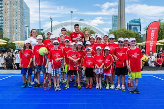 Les étoiles du tennis canadien Milos Raonic et Eugenie Bouchard transmettent leur savoir à quelques jeunes, en marge de la Mini Coupe Rogers au parc HTO de Toronto. (Groupe CNW/Rogers Communications Inc. - Français)