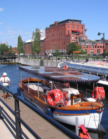 The boat tour service on the Lachine Canal offered by Le petit navire (Parks Canada).   (CNW Group/Agence Parcs Canada - Unité des voies navigables)