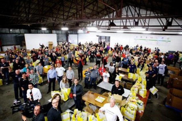 Plus de 250 bénévoles ont fait 12 350 sacs alimentaire d'urgence pour la Moisson de Noël à Moisson Montréal le 19 décembre 2015. (Groupe CNW/MOISSON MONTREAL)