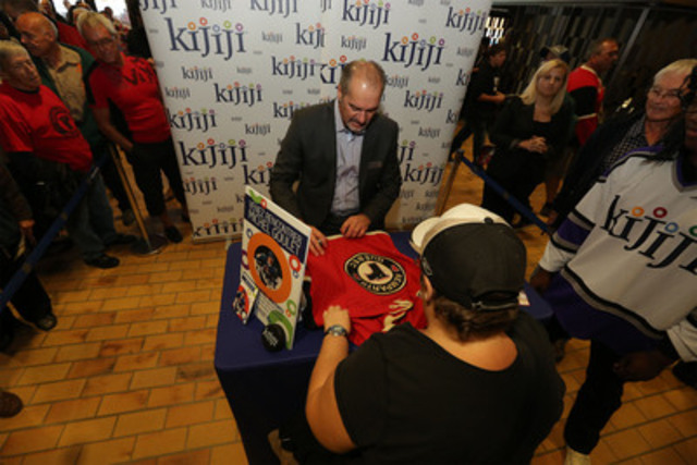 Le 21 septembre au Colisée Pepsi à Québec, Kijiji, nouveau partenaire officiel de la LHJMQ, a apporté ses couleurs au match entre les Remparts de Québec et les Saguenéens de Chicoutimi. Michel Goulet, ancien joueur de la LHJMQ et de la LNH était sur place afin de rencontrer les fans (Groupe CNW/Kijiji Canada)