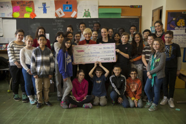 February 2015 - Presentation of a cheque for $25,000 to Folie Technique science camp following the Polytechnique Montréal Week of the White Rose. Michèle Thibodeau DeGuire, Chair of the Board of Directors and Principal of Polytechnique Montréal, and Marie-Claude Hamel, Director of Folie Technique, accompanied by students from École Sainte-Claire who are taking part in Folie Technique's Complètement robot Techno activity. (CNW Group/Polytechnique Montréal)