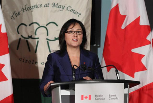L'honorable Leona Aglukkaq, ministre de la Santé, a annoncé aujourd'hui un investissement du gouvernement Harper pour établir de nouveaux modèles de soins palliatifs (Groupe CNW/Santé Canada)