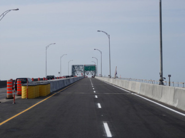 Honoré-Mercier Bridge : New prefabricated concrete deck slabs on the bridge at the end of work, August 11, 2014. (CNW Group/The Jacques Cartier and Champlain Bridges Incorporated)