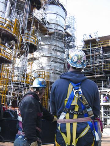 URS Flint Workers at Oil Sands Construction Site (CNW Group/URS Flint)