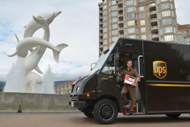 UPS Canada étend sa portée en Colombie-Britannique! Le lundi 15 septembre dernier, l'entreprise a donné un nouveau souffle aux activités de son centre de Kelowna afin de mieux servir une clientèle de plus en plus nombreuse. Darren Klammer, livreur chez UPS Canada, se tient à côté de la sculpture intitulée « Rhapsody », un des attraits les plus populaires de la région. (Groupe CNW/UPS Canada Ltee.)