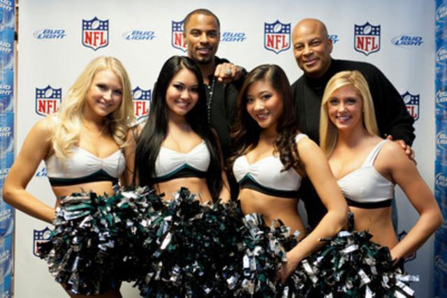 Les joueurs de la NFL Ronnie Lott et Darren Sharper etaient en compagnie des Cheerleaders des Eagles de Philadelphie a Montreal lors du party officiel de la NFL pour le Super Bowl XLVI, presente par Bud Light. (Groupe CNW/NFL)