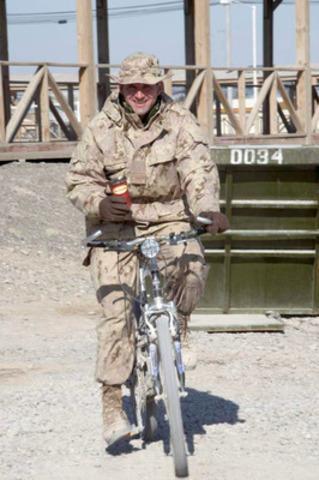 Soldat canadien savourant un café Tim Hortons à la base d'opérations des Forces canadiennes à Kandahar, en Afghanistan. Le Tim Hortons de Kandahar, qui sert du café et des produits de boulangerie aux soldats depuis cinq ans, fermera le 29 novembre 2011. (Groupe CNW/Tim Hortons Inc.)