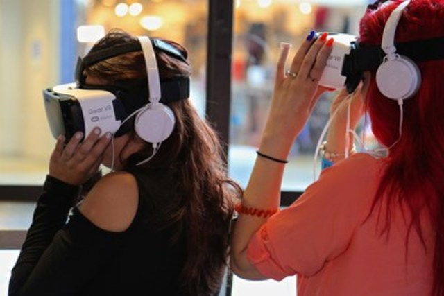 Visitors at a VR Adventure Lounge at Dixie Outlet Mall (CNW Group/Alexis Nihon)