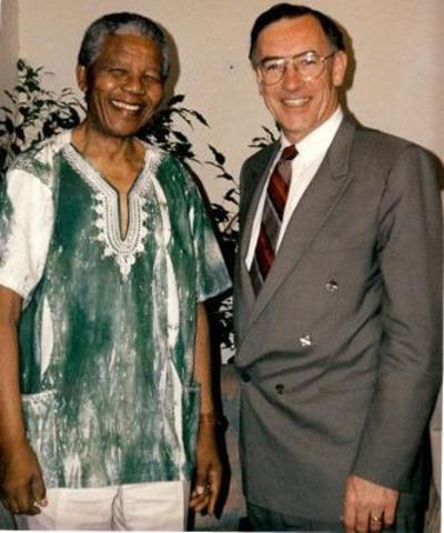 Nelson Mandela and former IDRC president Keith Bezanson. (CNW Group/International Development Research Centre)