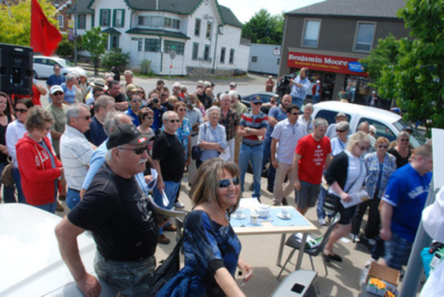 More than 400 seniors, students and young workers crowded the sidewalk and parking lot near PC leader Tim Hudak's Beamsville constituency office. (CNW Group/National Pensioners and Senior Citizens Federation)