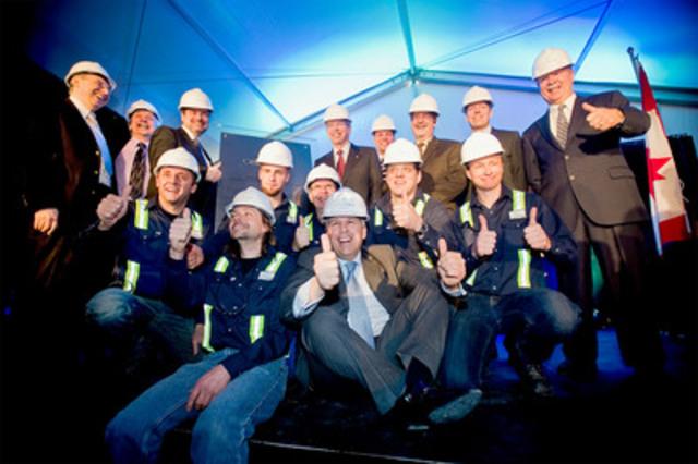 Les employés et les membres de la direction de CelluForce célèbrent l'inauguration de la première usine de Nanocellulose cristalline au monde en compagnie de leurs invités de marque. (Groupe CNW/CELLUFORCE)