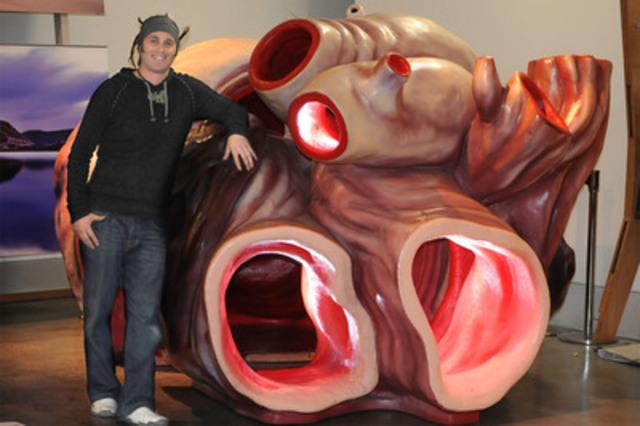 Shane James, gestionnaire des collections du Musée de Nouvelle-Zélande, à côté d'un coeur de rorqual bleu. Ce modèle grandeur nature figurera à l'exposition Baleines Tohora, qui ouvrira le 2 mars au Musée canadien de la nature. Le rorqual bleu est l'animal de la planète qui a le coeur le plus gros : de la taille d'une petite auto. (Groupe CNW/Musée canadien de la nature)